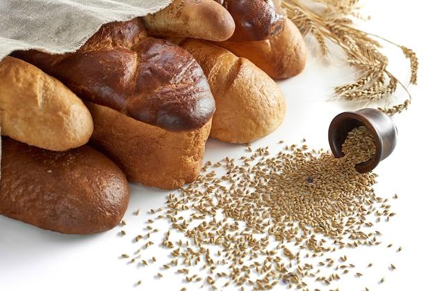 Ассорти хлеба на белом