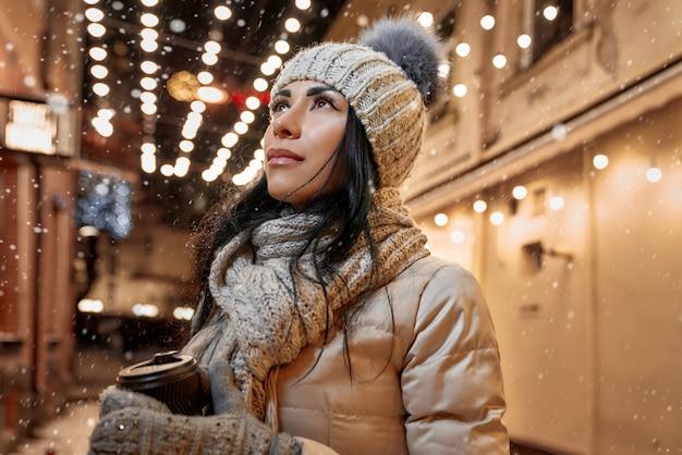 路上で現代の冬服の女性。