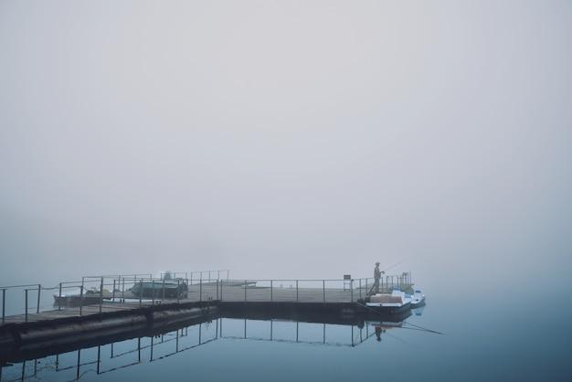 Утренняя рыбалка на туманный пруд.