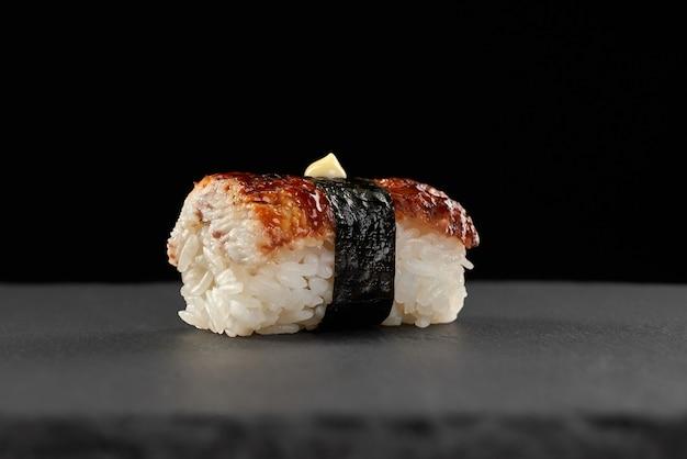 Суши унаги или суши на гриле с соусом.