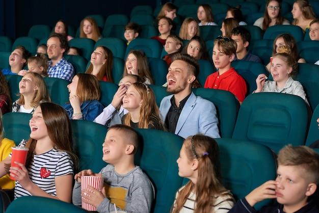 Дети смотрят фильмы в кинотеатре