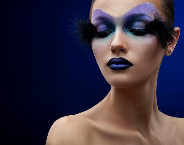 Молодая женщина с фантазийным макияжем