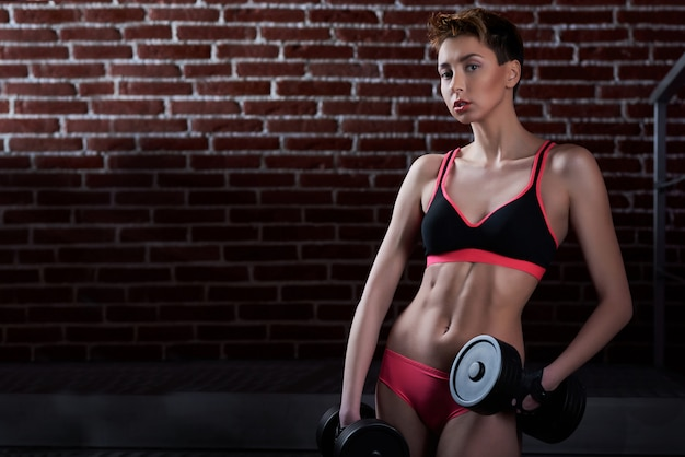 Фитнес-модель в тренажерном зале