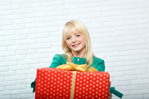 Счастливая молодая женщина с подарком