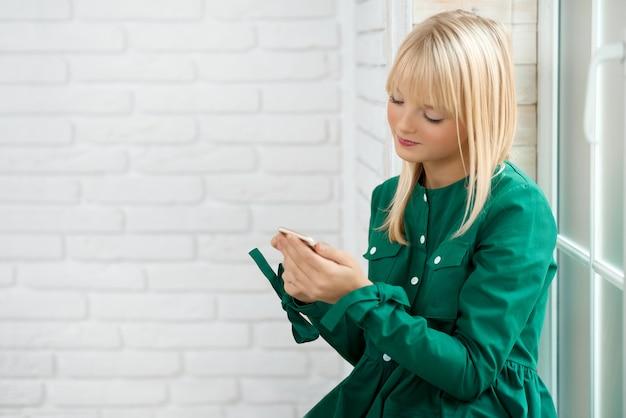 Молодая женщина с помощью смартфона