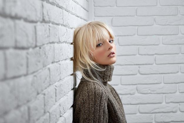 Великолепная блондинка позирует