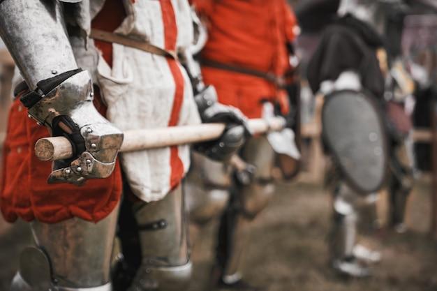 中世の騎士の腕の中の剣