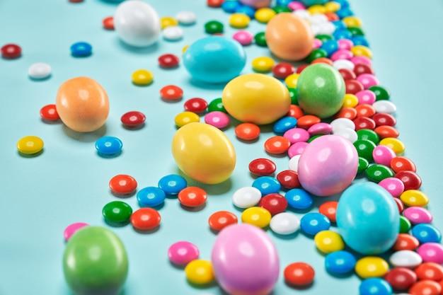 Шоколадные шарики арахиса в красочной раковине сахара.