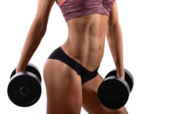 Великолепная женщина-фитнес с гантелями