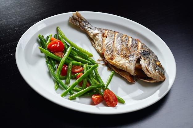 Запеченный сибас со свежими овощами.