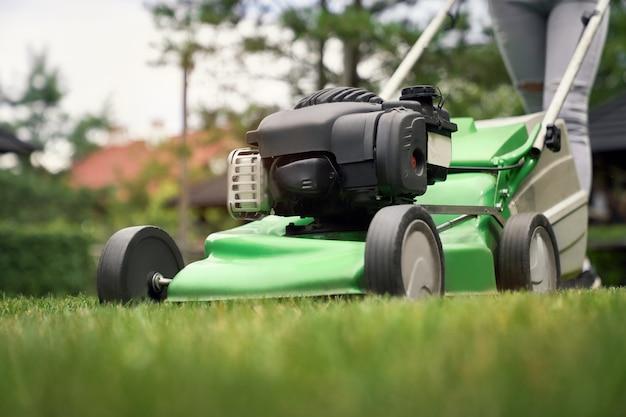 芝刈り機を使用して女の子の女性の足。
