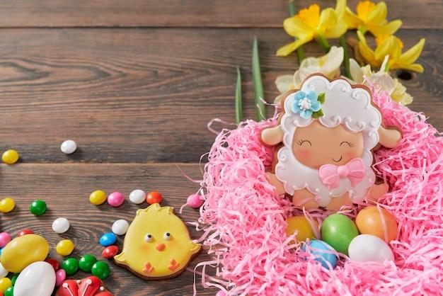 Пасхальная композиция из печенья, конфет и нарциссов