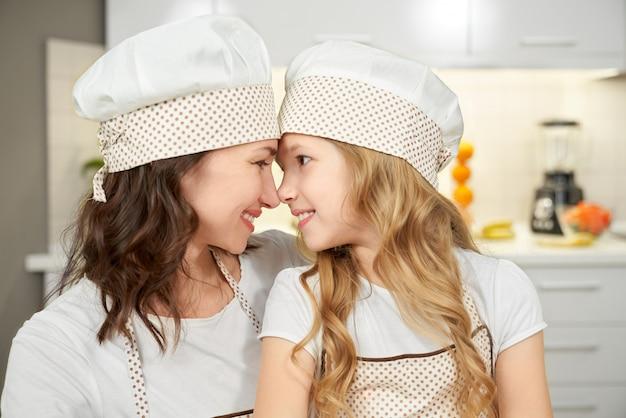 Взгляд со стороны матери и дочери нося варя шляпы