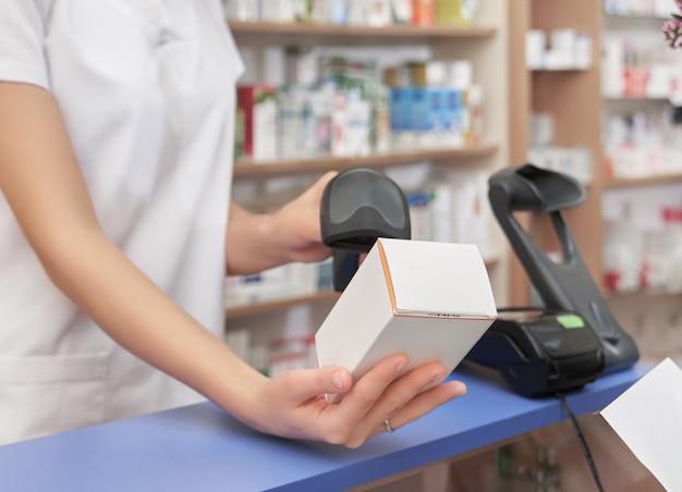 Сканирование цены лекарства с помощью сканера штрих-кода.