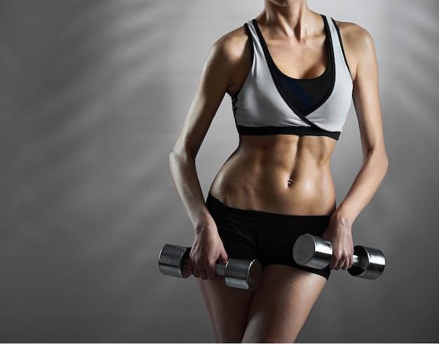 Лучшие фигуры. обрезанная студия выстрел из женской фитнес-модель показ