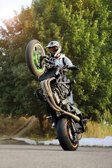 Байкер езда на мотоцикле