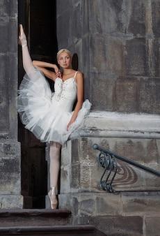階段の上の美しいバレエ女性