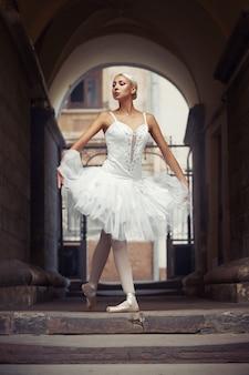 屋外の美しいバレエ女性