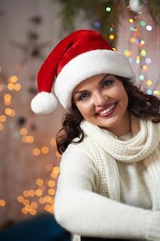 クリスマス帽子をかぶっている美しい成熟した女性