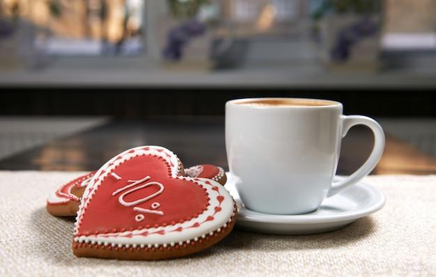 クッキーとコーヒーのカップ