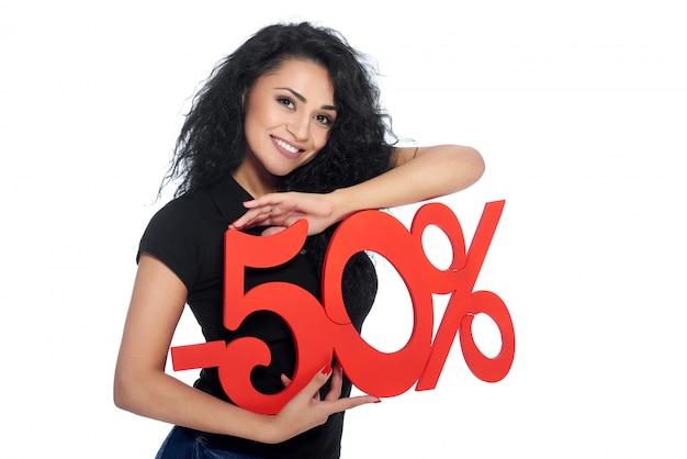 割引のパーセント記号を保持している美しい若い女性