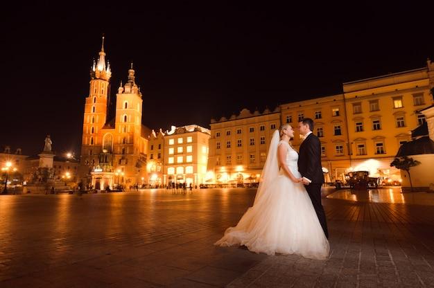 若い夫婦、お互いに直面している、恋人が街で笑っている笑顔