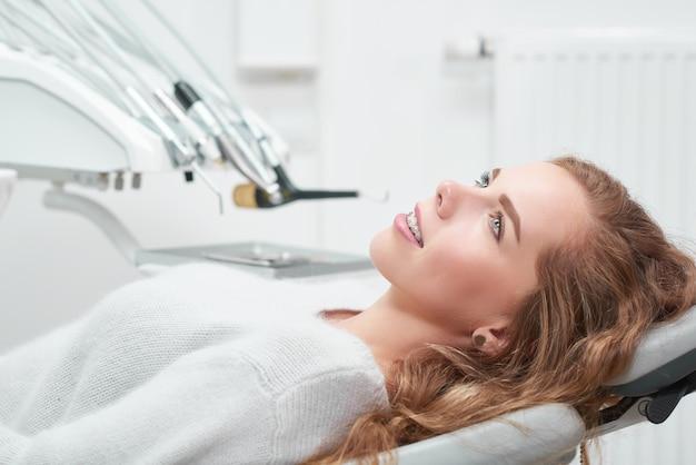 歯科医のオフィスで若い女性