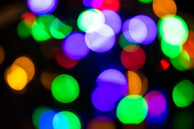 背景のボケ味が点灯します。抽象的な色とりどりの光。クリスマスの概念。