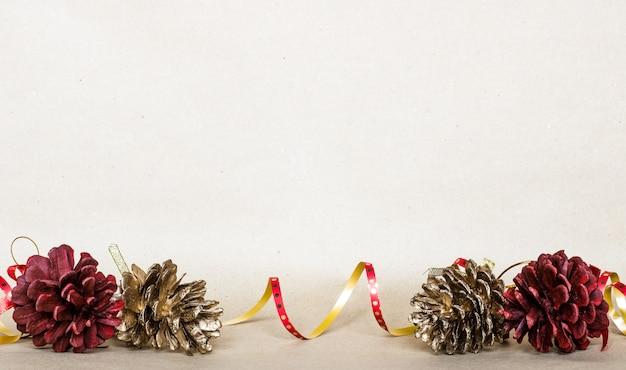 クリスマス組成背景、クリスマスプレゼント、マツ円錐形、トップビュー、フラットレイアウト、コピースペース