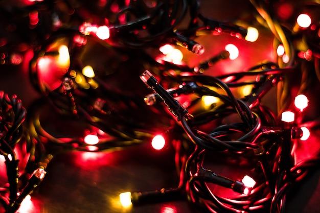 赤い背景が点灯します。抽象的な多色光。クリスマスのコンセプト。