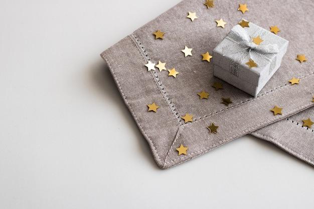 Подарочная коробка с серебряной лентой лук, изолированные на белом фоне.