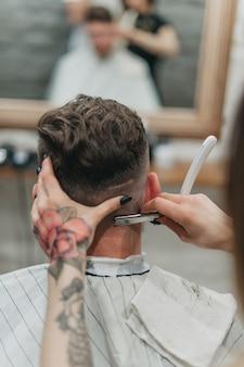 理髪店の危険な剃刀