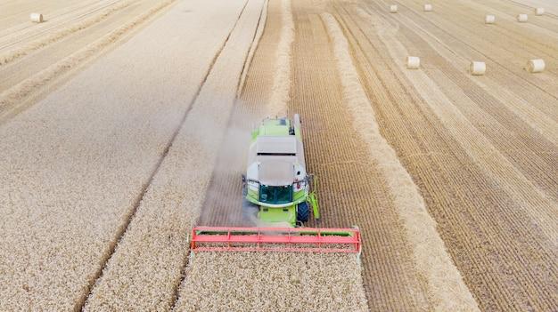 夏の小麦の収穫畑で働く収穫機