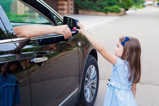 車の中で見知らぬ人が子供にキャンディを提供しています