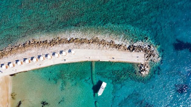 岩と崖の海に桟橋の空撮