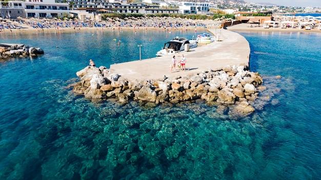 海への岩と崖と桟橋の空撮。