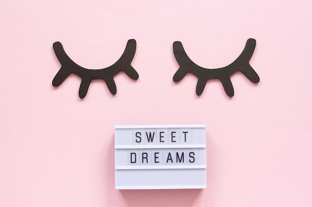 ライトボックスのテキスト甘い夢と装飾的な木製の黒いまつげ、目を閉じて