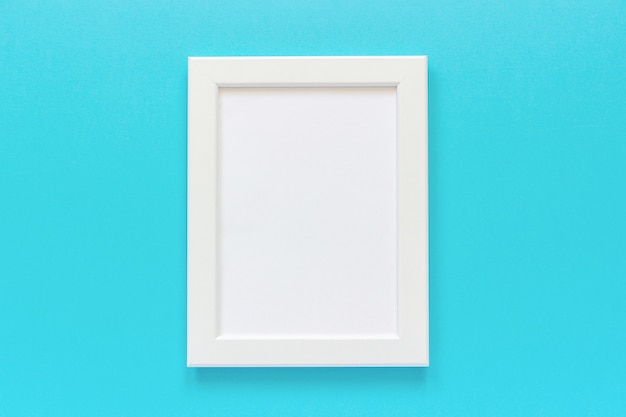 青の背景に空のカードを持つホワイトフレーム