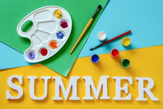 テキスト夏、芸術的なパレット、ブラシ、色紙の上のガッシュに鮮やかな色とりどりの花