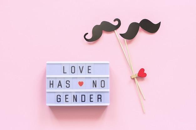 ライトボックステキスト「愛には性別がありません」とカップルの紙口ひげの小道具