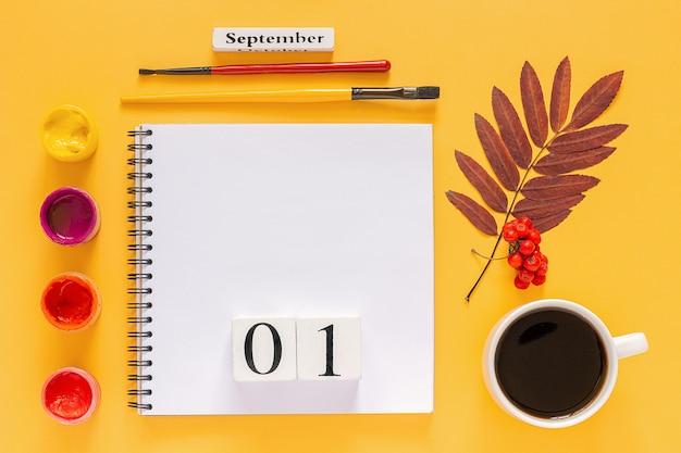秋の紅葉と黄色の背景に水彩絵の具。