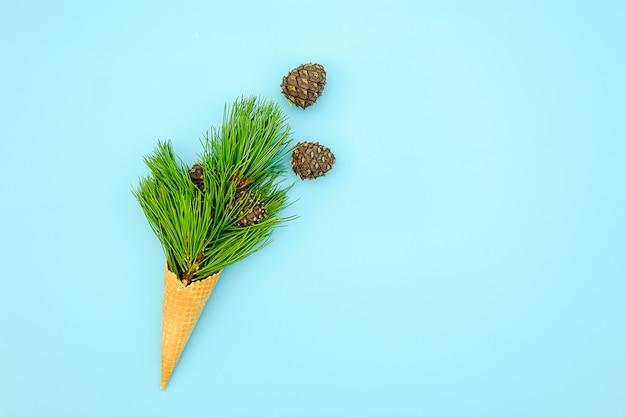 ワッフルアイスクリームのコーンと自然の常緑杉の枝