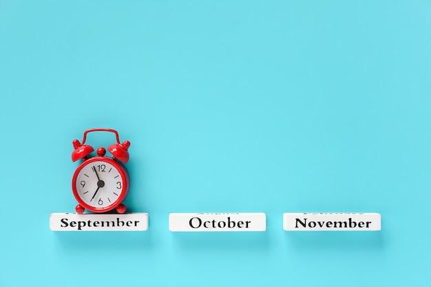 秋の月と赤い目覚まし時計