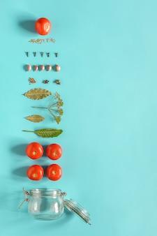 トマトのピクルス。トマトのマリネとガラスの瓶の材料。野菜のコンセプト料理レシピ保存