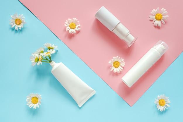 カモミールの花と化粧品、医療の白いチューブ、ボトル。天然ハーブオーガニック化粧品