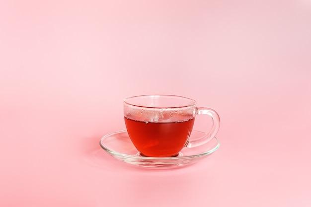 お茶の時間。コピースペースとピンクの背景にお茶のカップ。最小限のスタイル