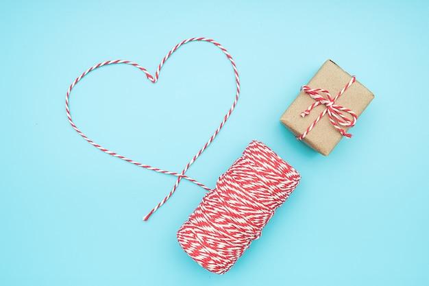 ハートとギフトボックスの形でクリスマス装飾赤と白のひも