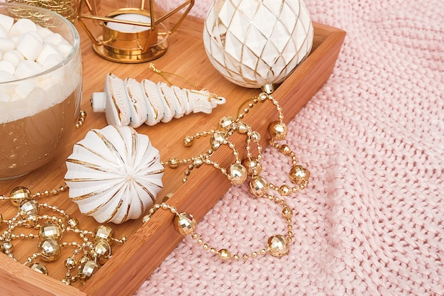 ココア、マシュマロ、格子縞のクリスマスの装飾のカップと木製のトレイ。クリスマスまたは新年のおはようコンセプト