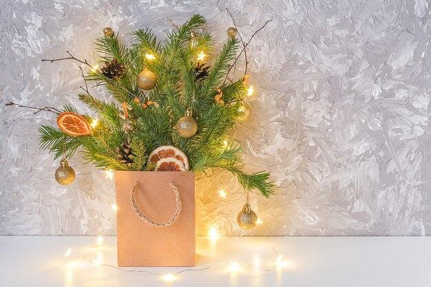 モミの枝の冬祭りブーケ装飾ゴールデンボール