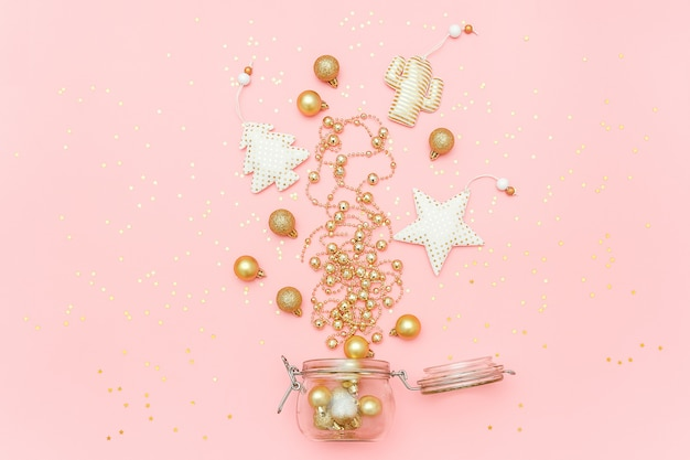 クリスマスゴールデンデコレーショングッズ、花輪、つまらないものは、ピンクのメリークリスマスや幸せな新年カードにガラスの瓶から飛び出す